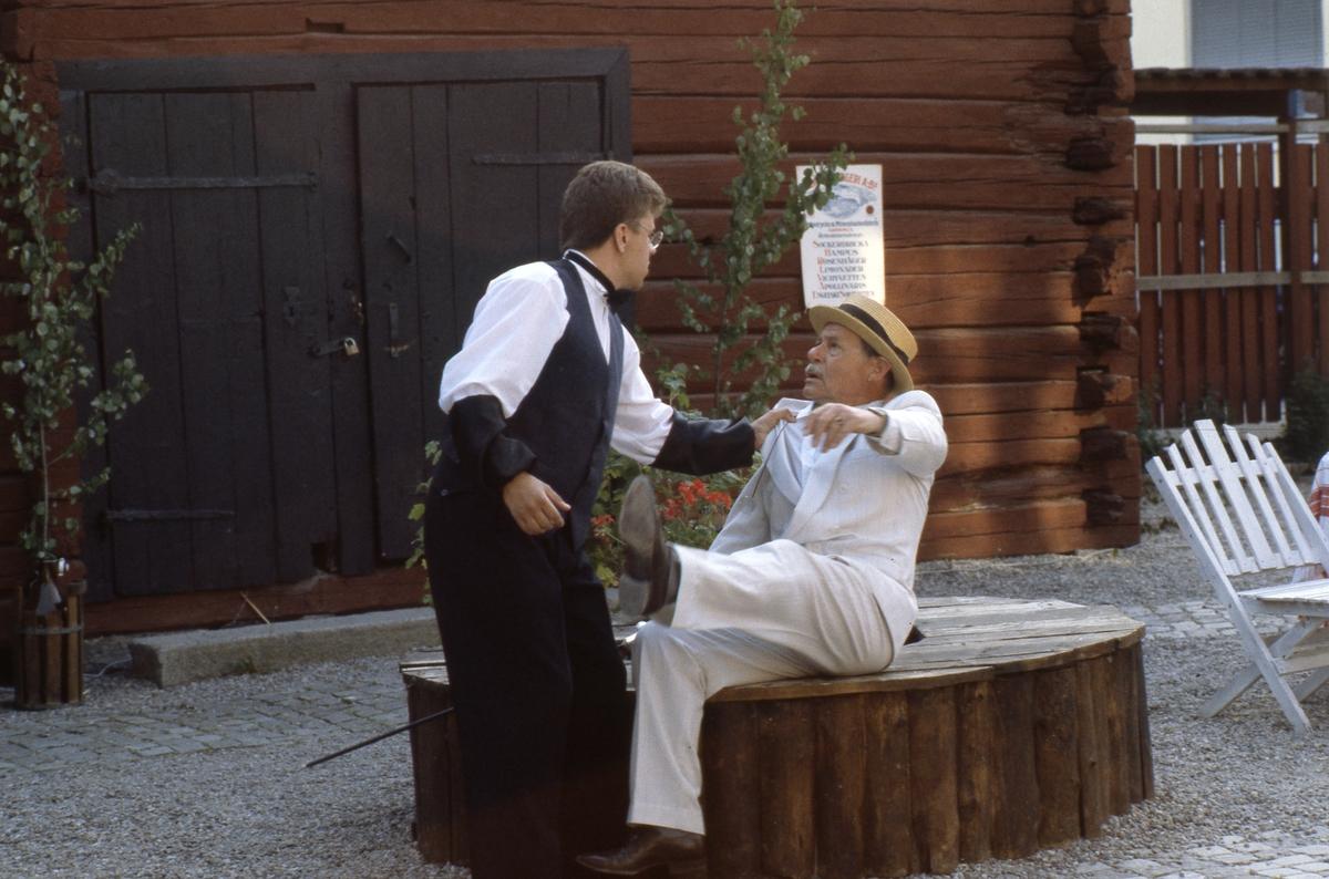 """Bygdespelets Vänner ger """"Söder om slussen"""". Markus Olsson i aktion. Scenen är museets bakgård."""