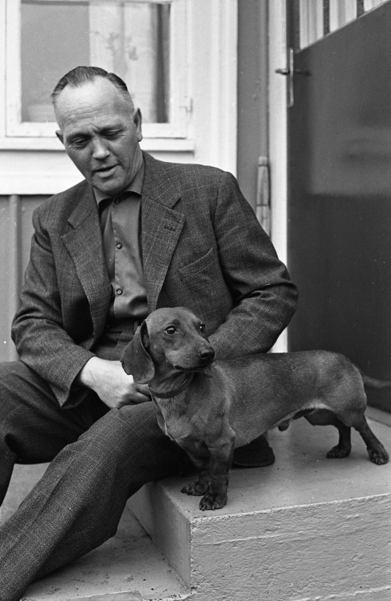 Einar Holmkvist med taxen Pelle. Man med hund.