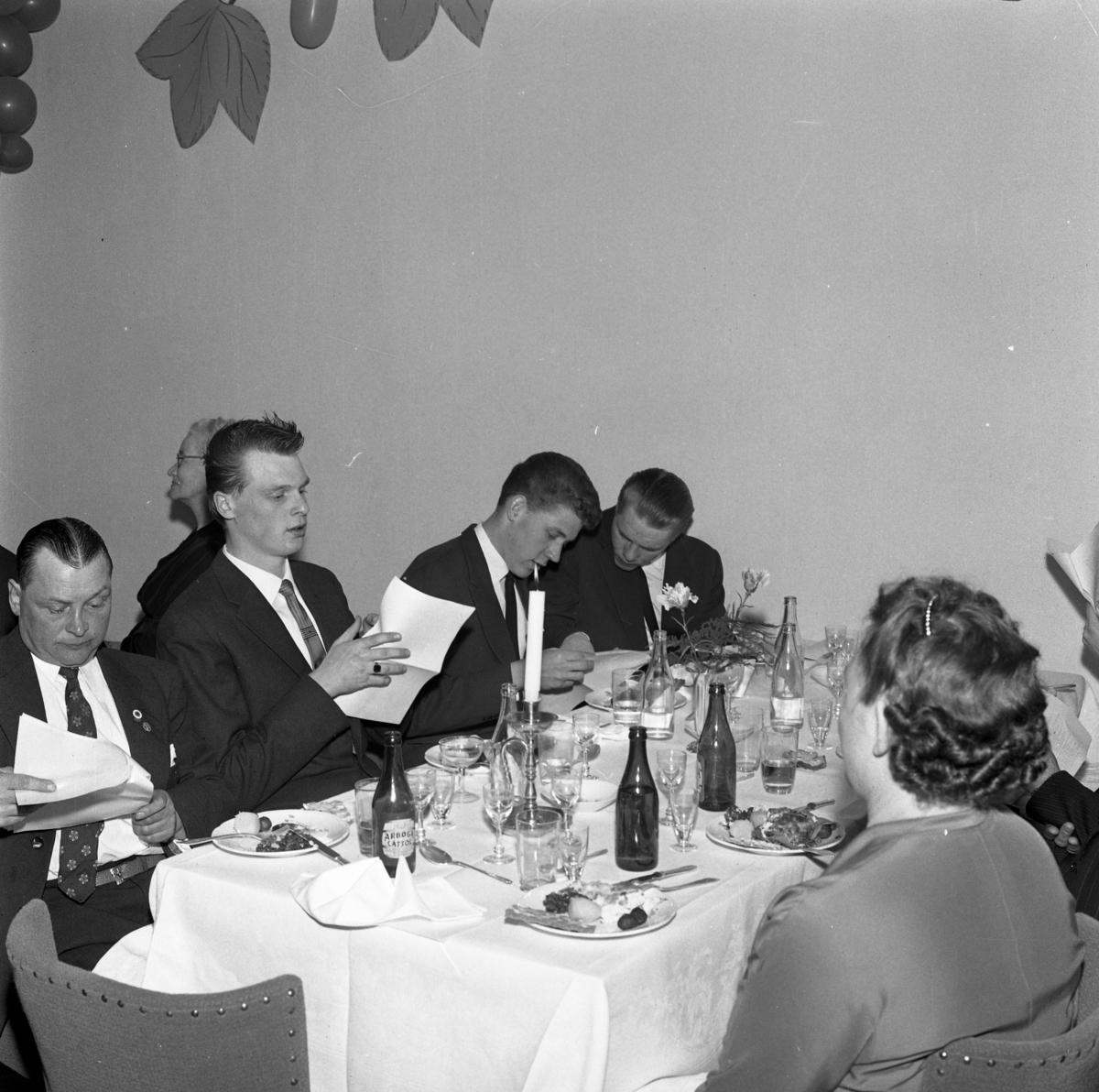 Elektrikerförbundets Arbogaavdelning firar jubileum med middag. Mannen längst till höger är Stig-Arne Pettersson. Män och kvinnor vid dukat bord. Dekorationer på väggen.