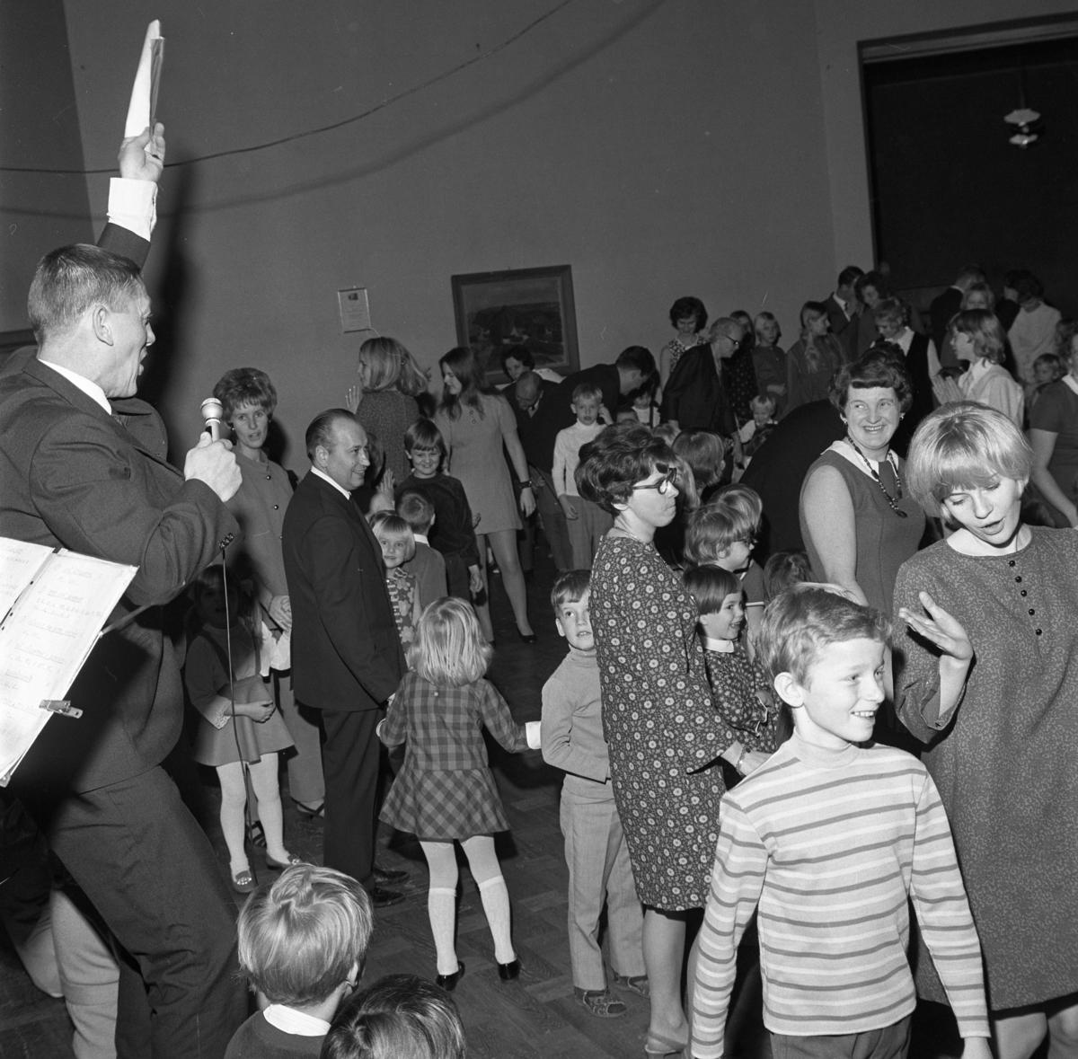 FCTF har julgransplundring. Alla åldrar dansar ringlekar. Kurt Gren är dansledare. Mannen framför honom, är Lärnemark (som arbetar på underhållsavdelningen). Bakom honom står Margareta Lindberg. Försvarets Civila TjänstemannaFörbund Centrala Verkstaden Arboga