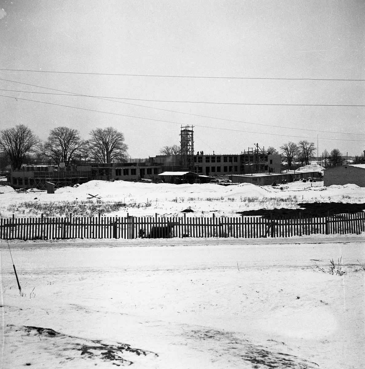 Gäddgårdsskolan byggs. Arbogaån skymtar till vänster i bild.