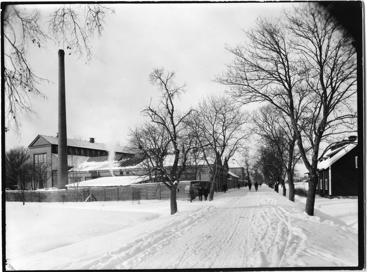 Arboga Mekaniska Verkstad sedd från Jädersvägen. Vinter och snö.