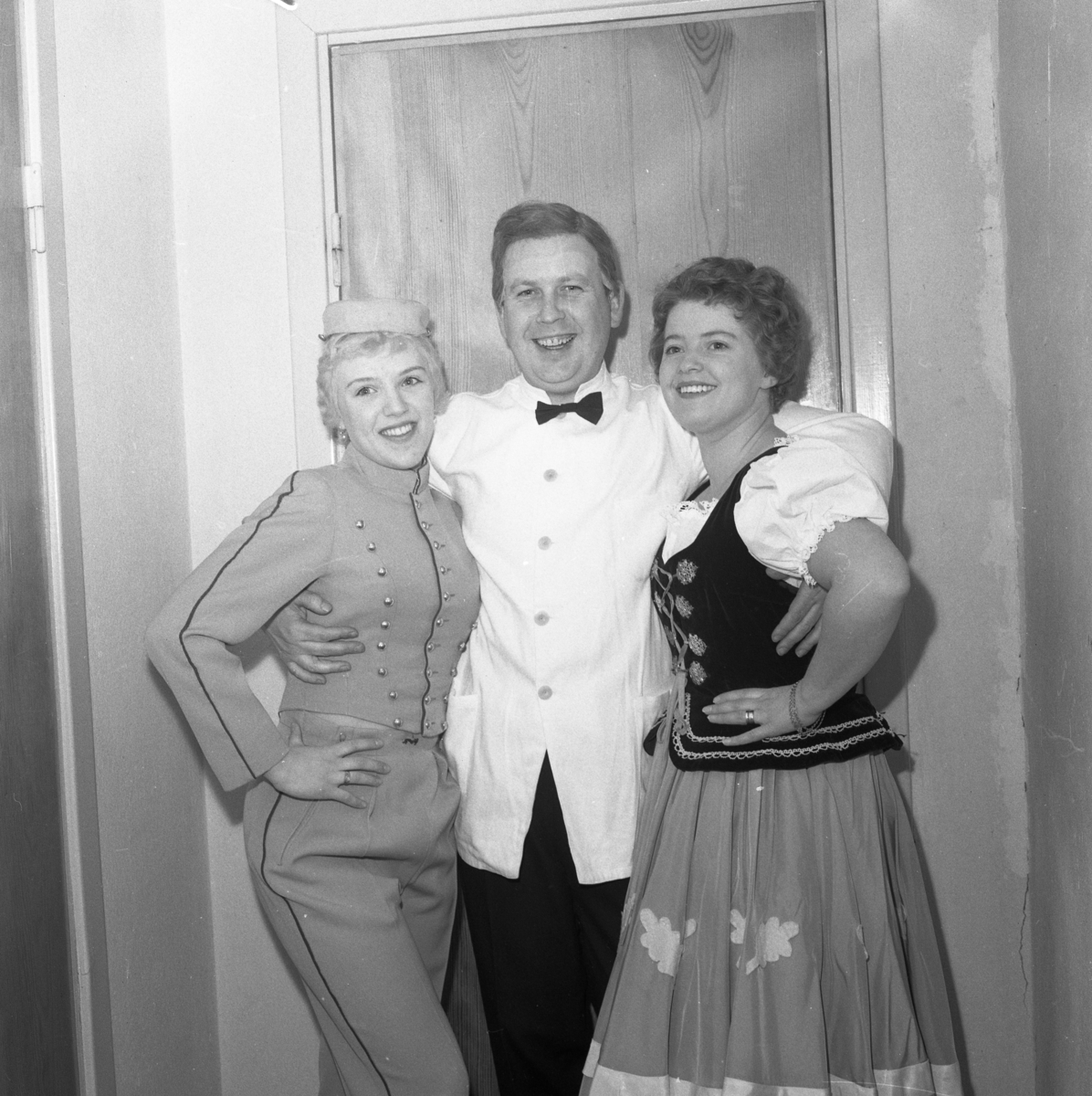 Lokalrevyn 1959 Kvinnan i piccolodräkten kan vara Ann-Sofie Zetterberg och kvinnan i tyrolerkläderna är Vastie Fager.