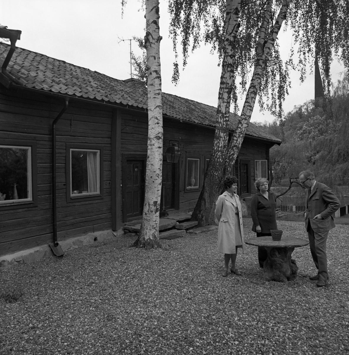 Britt Lundh (mitten) äger Crugska gården, en ågård på södra sidan om Arbogaån. Med på bilden är även Ingegerd och Bertil Stoltz. I bakgrunden anas tornet på Heliga Trefaldighetskyrkan.