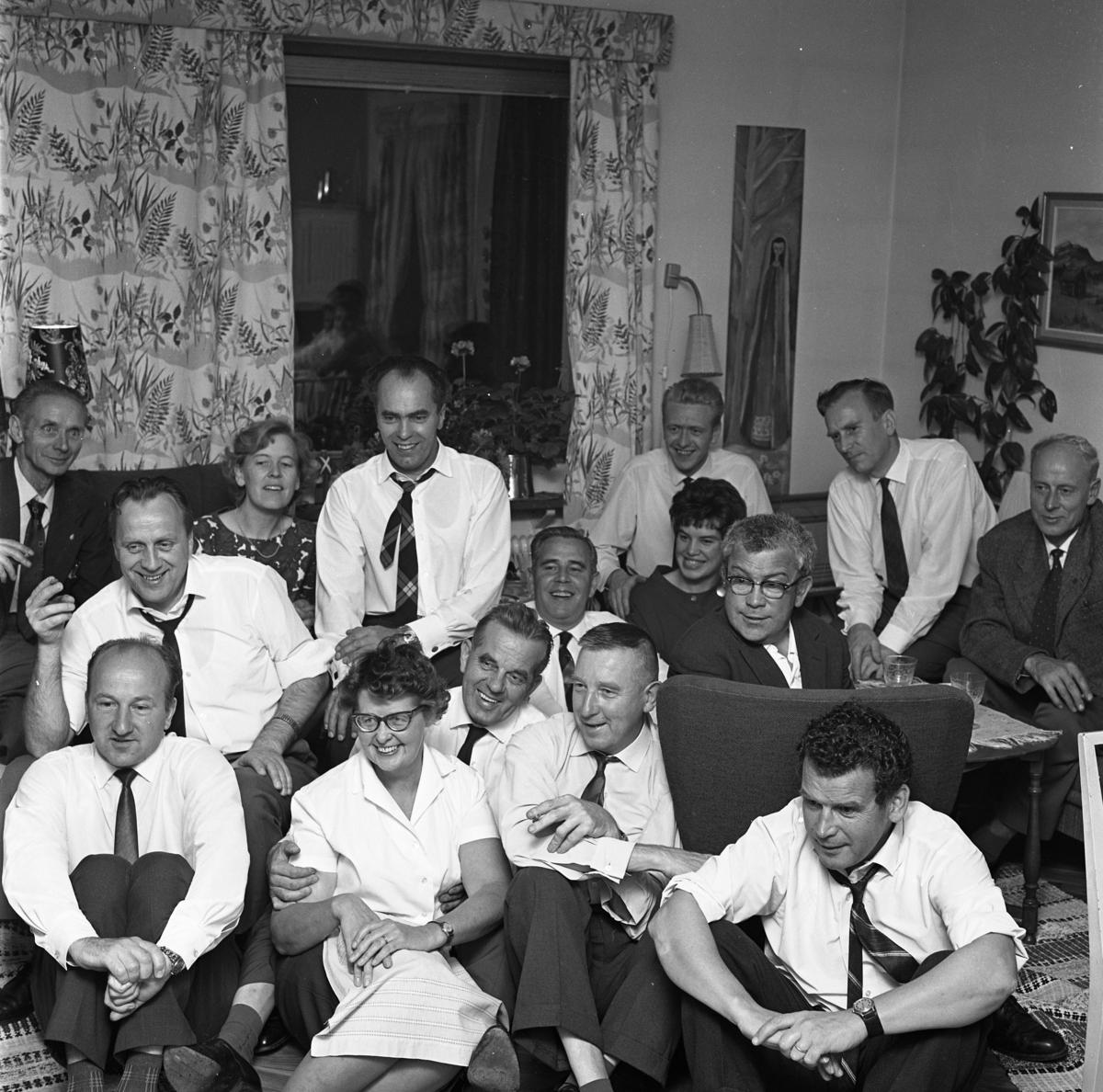 Socialdemokraterna har valvaka hemma hos Signe och Gustav Danielsson. Reinhold Carlsson har skrivit om den här bilden: Det har blivit tradition att samlas hemma hos Signe och Gustav Danielsson till valvaka. Så också den här valdagen i september 1962. Ett 20-tal socialdemokrater trängdes i lägenheten på Kapellgatan 31. Det jublades naturligtvis när någon i sällskapet hade kontaktat Arboga Tidnings redaktion och fått beskedet att det preliminära resultatet pekade på valseger. Bakre raden, från vänster: Malte Göran Andersson (pappa till Olle Göransson), Kerstin Johansson (gift med Ingvar som sitter framför henne), Erik Sjöberg (rutig slips), Olle Göransson (under vägglampan), Bertil Karlsson och Allan Ludvigsson. Mellersta raden, från vänster: Ingvar Johansson (gift med Kerstin som sitter bakom honom), Gustav Danielsson (som håller om hustrun Signe), Nils Brodin, Birgitta Lundman och Lasse Åhlin i fåtöljen. Främre raden, från vänster: Rune Gustafsson, Signe Danielsson, Åke Öhling och Olle Åhlin (bror till Lasse).