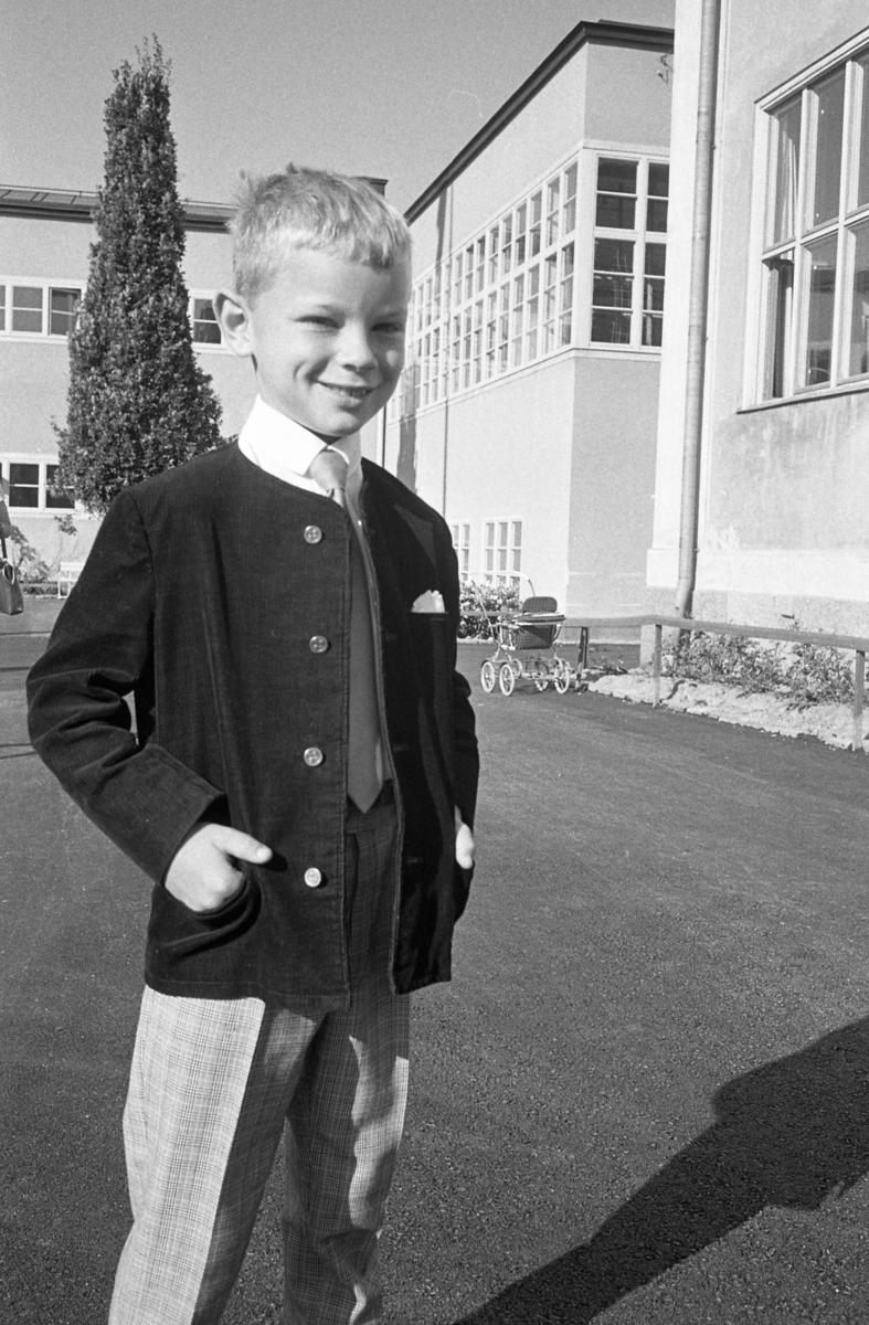 Skolstart. Anders Kjellberg ska börja i första klass på Engelbrektskolan. Pojke i vit skjorta, slips och jacka.