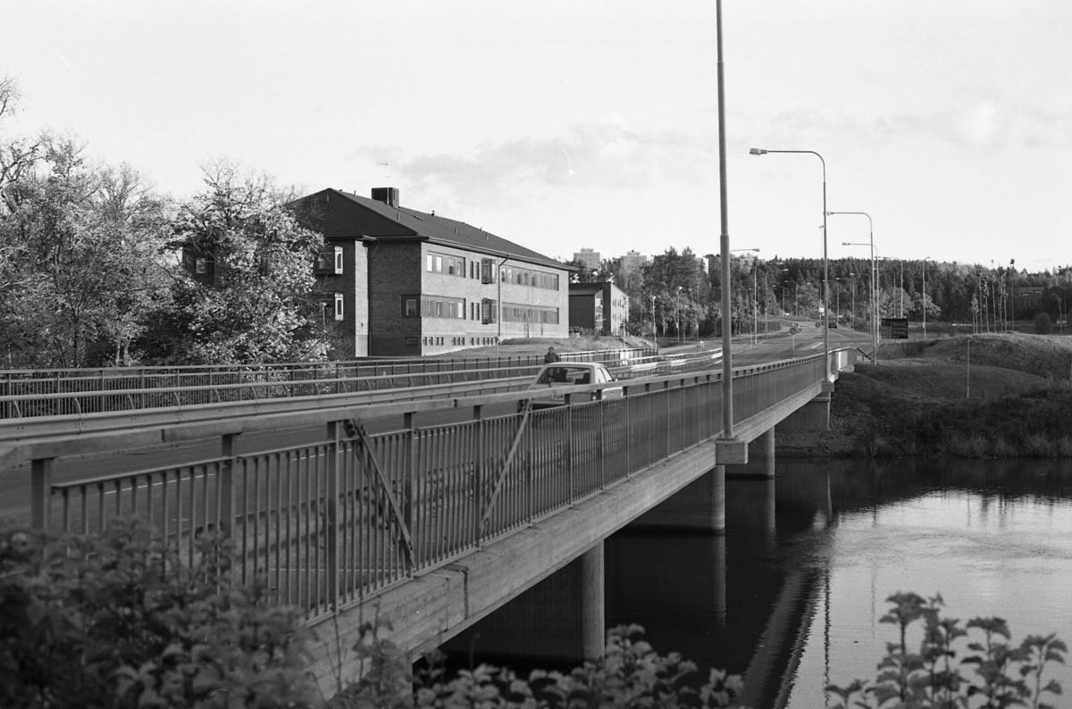 Strömsnäsbron, över Arbogaån, fotograferad från norra sidan. Vårdcentralen till vänster. Höghusen på Västermovägen, Brattberget, skymtar i bakgrunden.