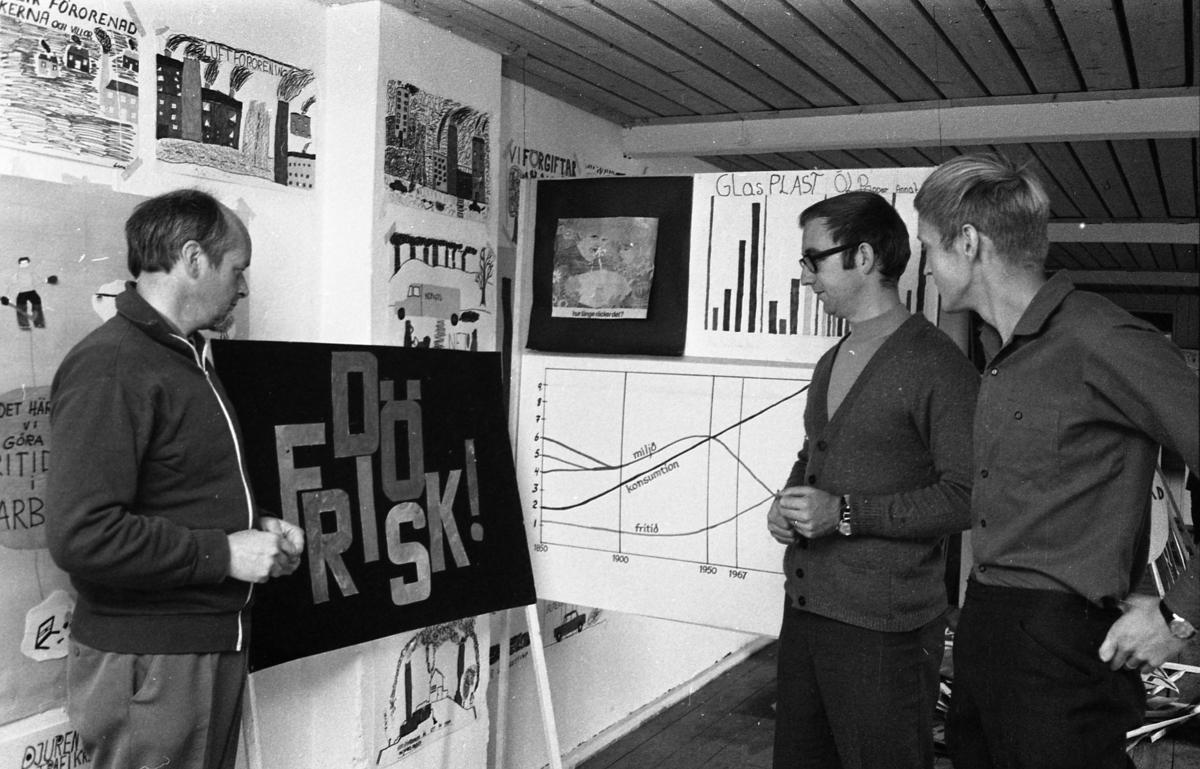 Studieupptakt. Tre män tittar på en utställning om miljön. Mannen i mitten är Jan Brorsson.