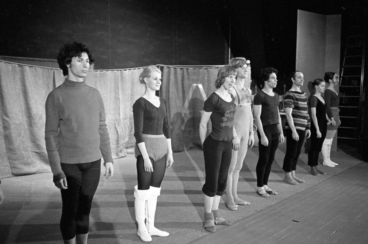 Teater i Arboga. Åtta skådespelare på scenen, både män och kvinnor.