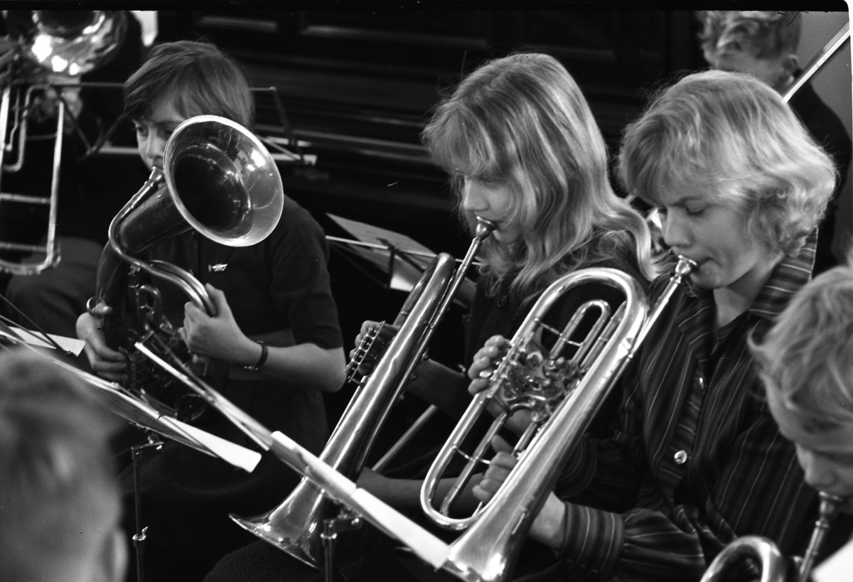 Ungdomsorkestern uppträder. Blåsorkester. Blåsinstrument, valthorn och trumpeter.