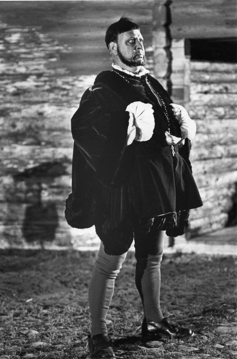 """Engelbrekt Gertsson i en scen ur skådespelet """"Giv oss fred"""". Rollinnehavare är Rune Lindström. """"Giv oss fred"""", även kallat """"Arbogaspelet"""", är ett teaterstycke skrivet av Rune Lindström 1961. Handlingen, som är inspirerad av Arbogas klosterhistoria, är förlagt till början av 1500-talet. Uruppförandet skedde den 11 augusti 1962 och Rune Lindström spelade Engelbrekt Gertsson. Lions Club i Arboga stod för arrangemanget. Föreställningarna regnade bort och det blev ett stort ekonomiskt bakslag för föreningen. Spelet har framförts igen; 1987, 1988, 2012 och 2015 av medlemmar i """"Bygdespelets Vänner"""". Fler bilder finns i Reinhold Carlssons bok """"Arboga objektivt sett""""."""