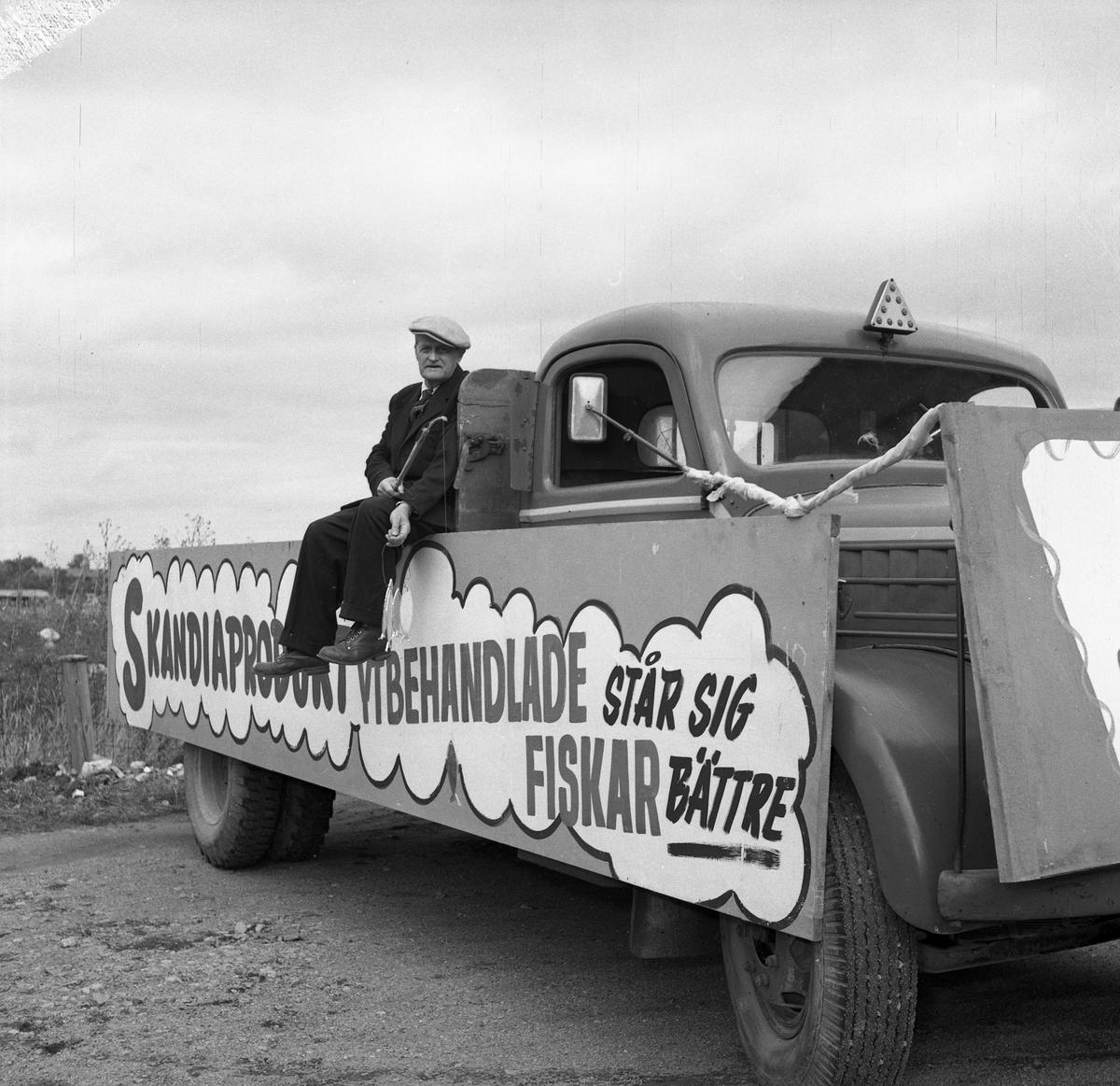 """Barnens Dags 30-årsjubileum. Severin Holm, kallad Seffran, Arbogas meste metare, sitter på ett lastbilsflak.  Bilden fanns med på en utställning 1985 samt i Reinhold Carlssons bok """"Arboga objektivt sett""""."""