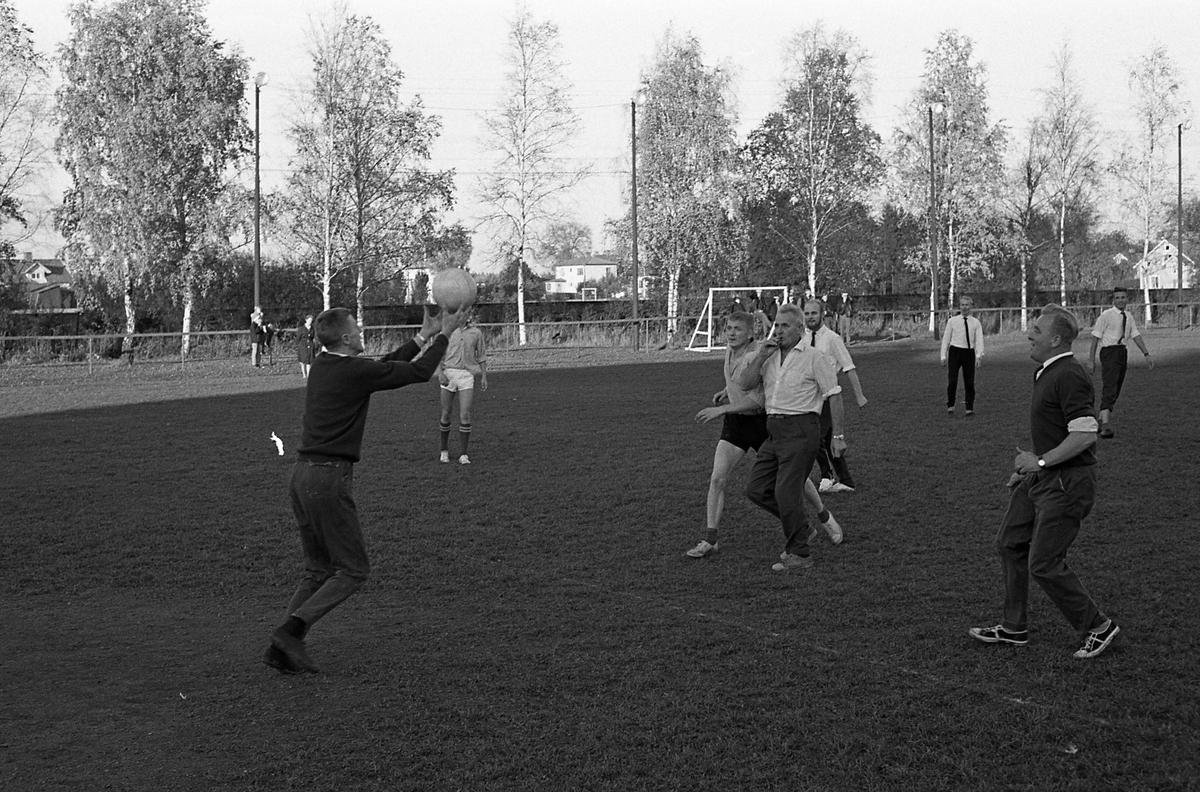 Fotbollsmatch mellan lärare och elever på Tekniska skolan. Domare är stadsfullmäktiges ordförande, Jonas Carlsson.