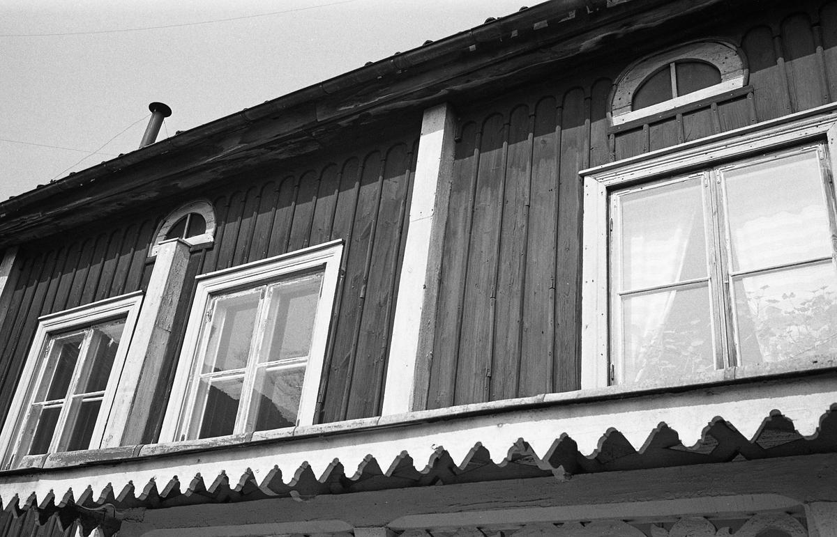Exteriör av tvåvånings trähus. Fönster. Snickarglädje. Fotografens anteckning: Dokumentation av fastigheter i kvarteren söder och norr om ån. Bilder och beskrivningar finns på Arboga museum.
