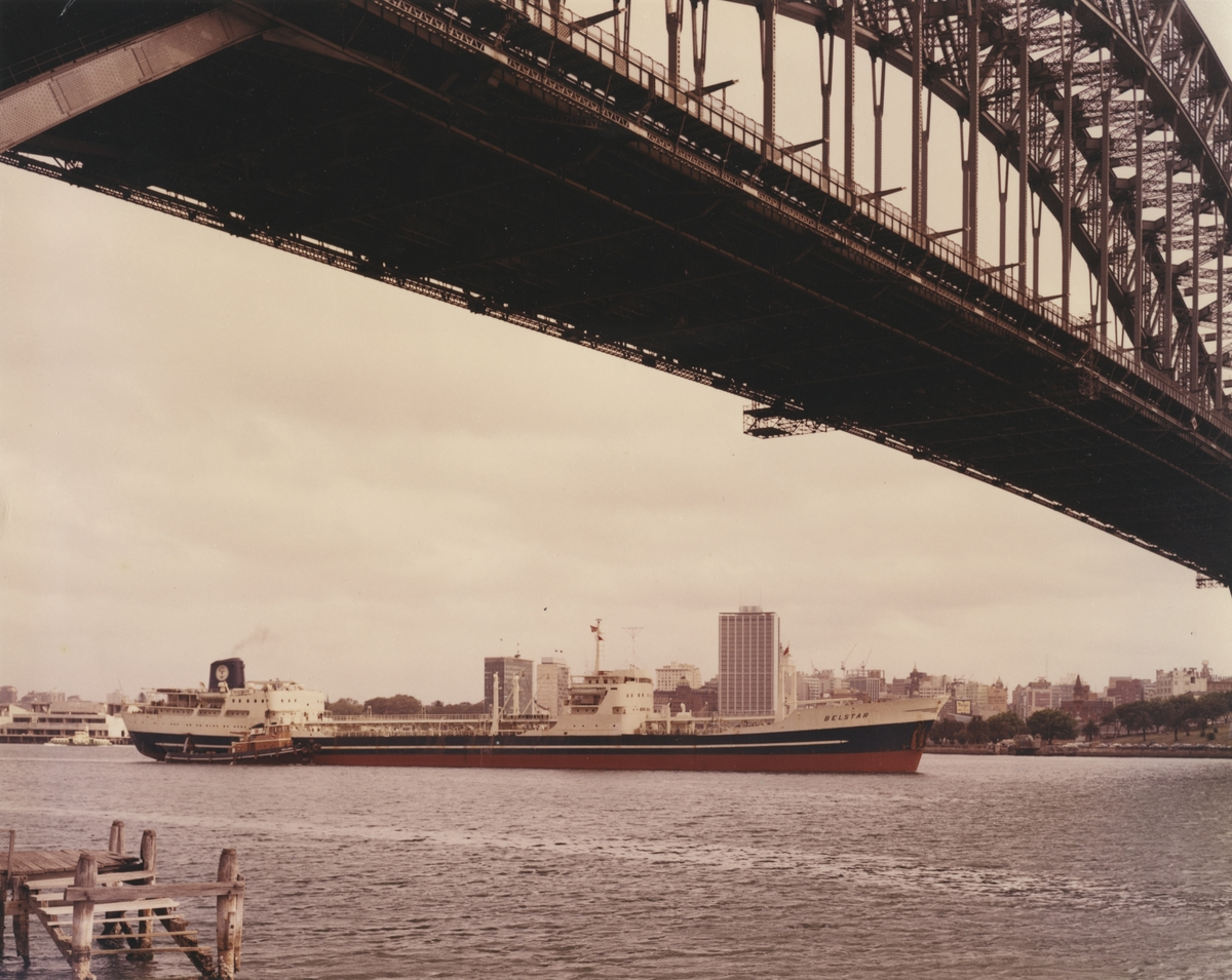 M/T 'Belstar' (b.1958)(A/S Fredriksstad mek. Verksted, Fredrikstad), -passerer under Sydney bro.