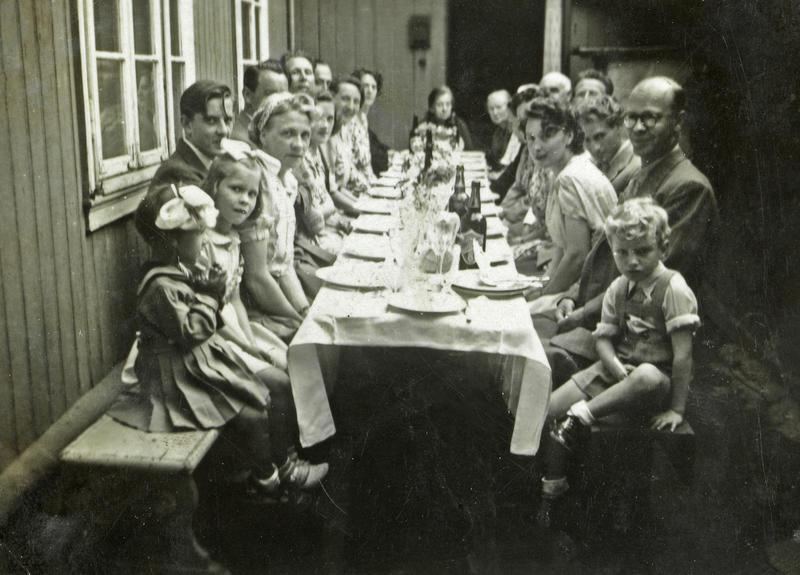Barnedåp i Langleiken 12. Sommeren 1947 som var veldig varm, og da var det deilig å ha plass nok til å flytte selskapet ut i det fri.