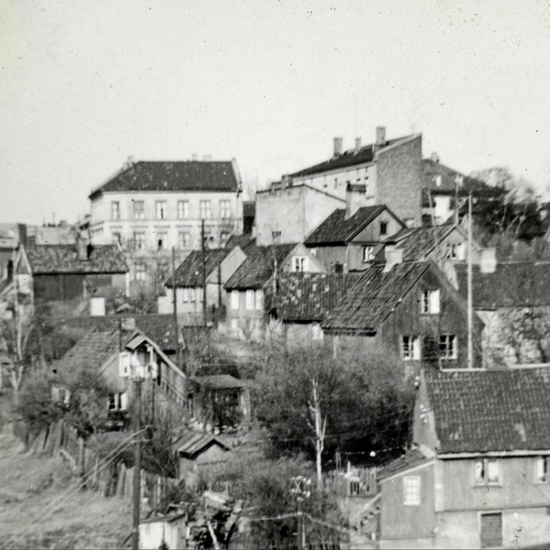 Oversikt over trehusbebyggelse på Enerhaugen. I 1947 ble det vedtatt at de gamle trehusene skulle rives. I 1959 startet arbeidet med saneringen.