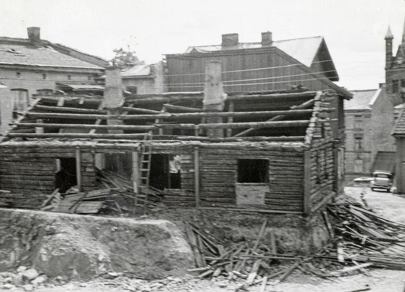 Rivning av Langleiken 3. Husene ble revet manuelt. Materialene sagde vi opp til ved for vinteren. Noe ved ble også lagt i kokssekker og solgt på dørene i nabolaget.