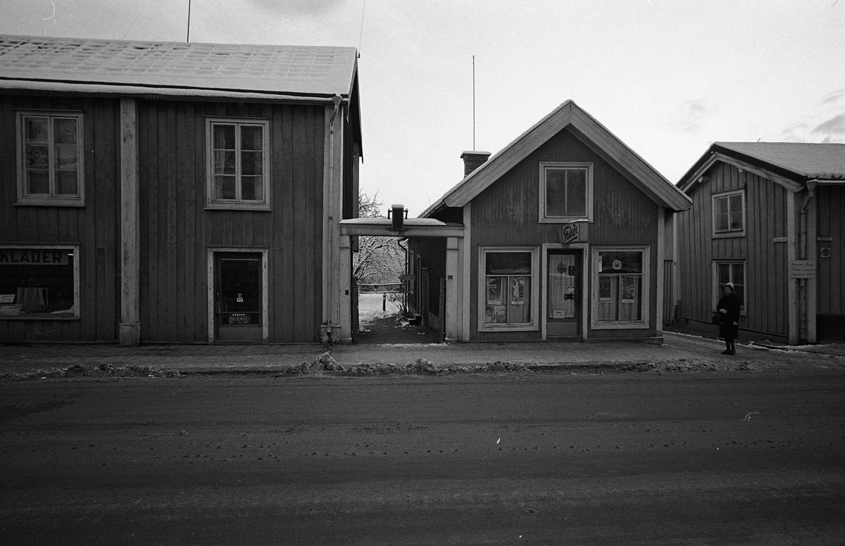Till vänster en klädaffär, i mitten en frisörsalong och till höger en del av Bruns Fotomagasin. Nygatan. Fotografens anteckning: Fastigheter vid Nygatan, arkitekt Bergström Se även bild AKF-03651