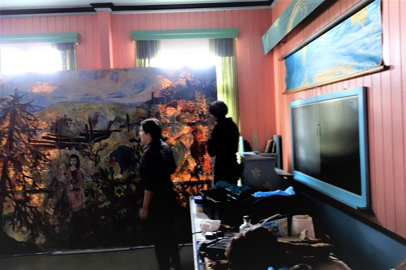 Maleriet er nede fra veggen, parat til å bli lagt på bordet. Foto: MiA. (Foto/Photo)