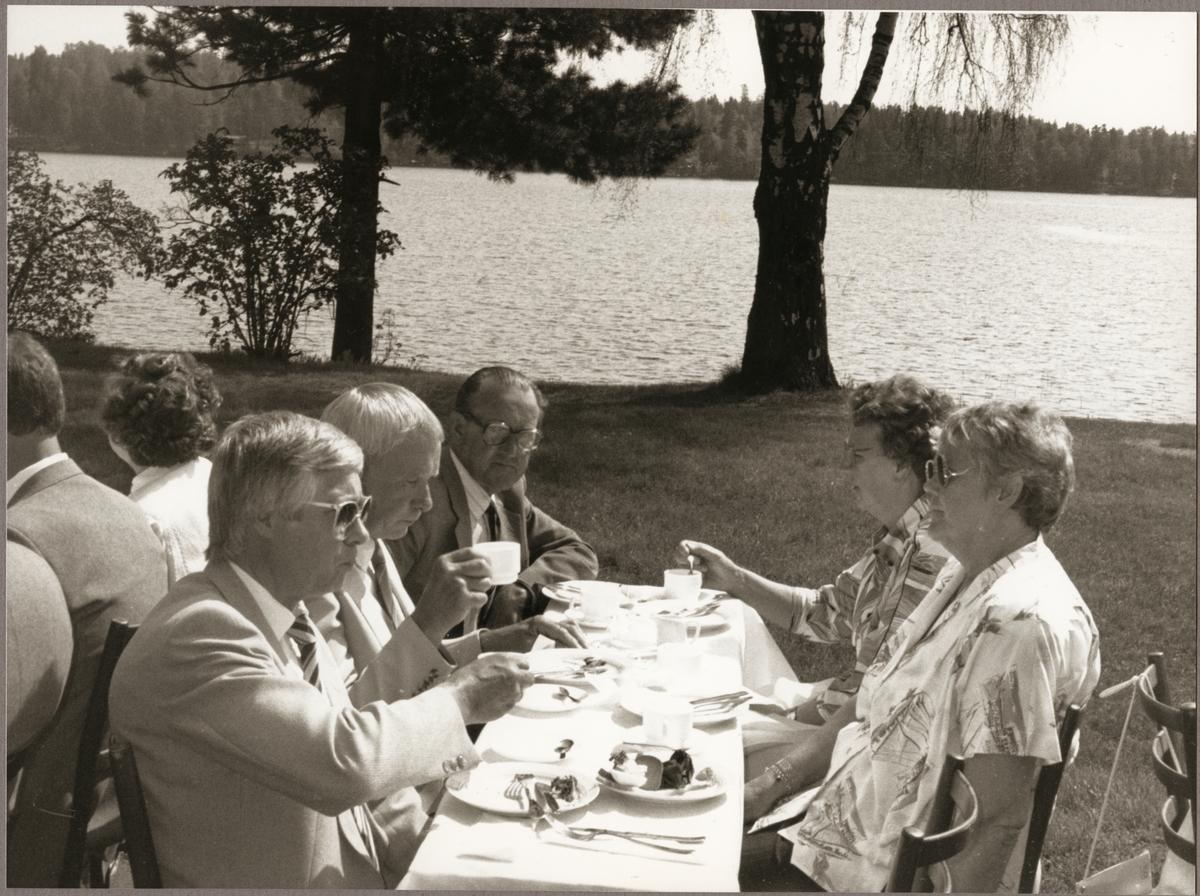 Kaffe med smörgås serverades till från vänster: Stig Nilsson, Gunnar Edlund, Gustav Pettersson, Astrid Pettersson och Fru Edlund på Nora perrong på Trafikaktiebolaget Grängesberg - Oxelösunds Järnvägar, TGOJ-dagen den 27 maj 1988.