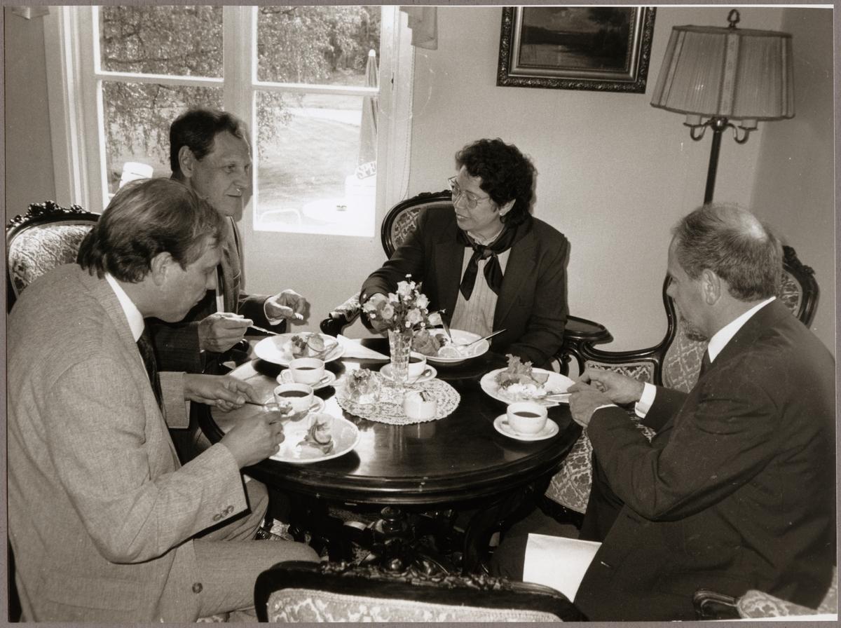 Inbjudna gäster serverades kaffe och landgång på Bångbro Herrgård på Trafikaktiebolaget Grängesberg - Oxelösunds Järnvägar, TGOJ-dagen 1990.