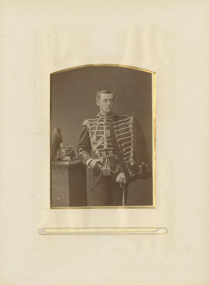 Porträtt av Bengt Erik Lennart Ribbing, underlöjtnant vid Smålands husarregemente K 4.  Se även bild AMA.0002061.