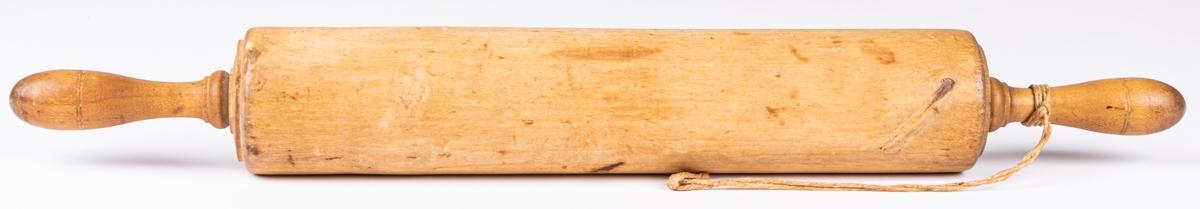 Brödkavel av björk med svarvade profilerade handtag.