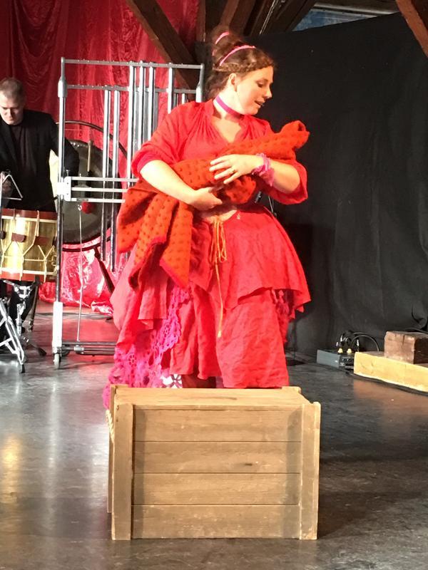 Gunhild ( Sunniva Berg) og barnet under fremføringen av «1567 - en by blir til to».