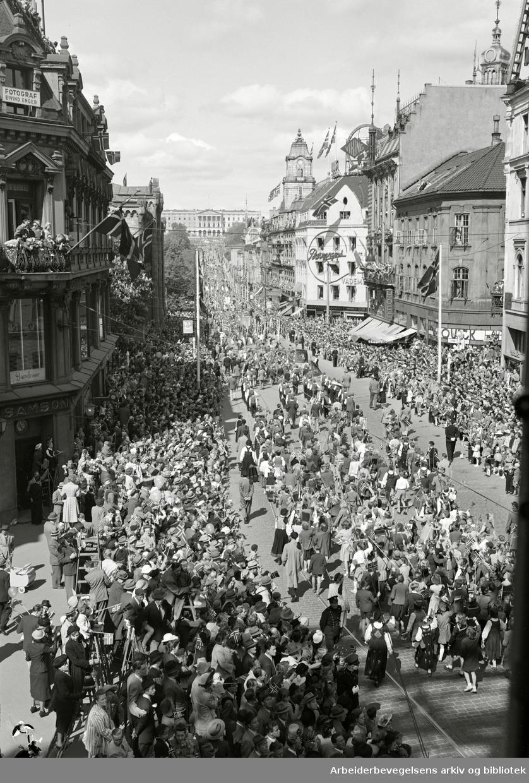 17. mai 1950. Barnetoget. Karl Johans gate.
