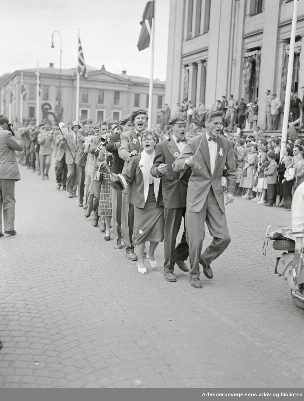 17. Mai 1954. Russepresident Jan Lenborg i spissen for russetoget. Karl Johans gate.