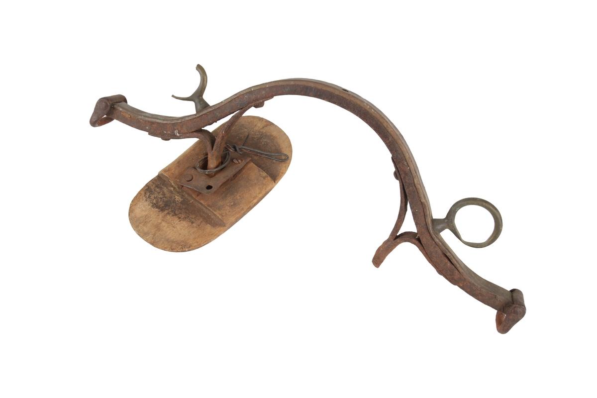 Høvre til seletøy med buet form av stål med messingbeslag og høvreball av tre.