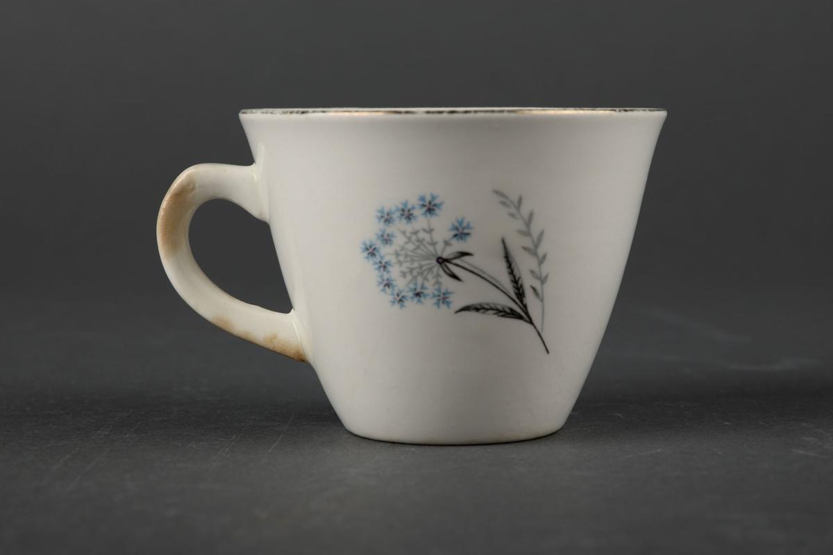 To hvite kaffekopper dekorert med bilde av blomter