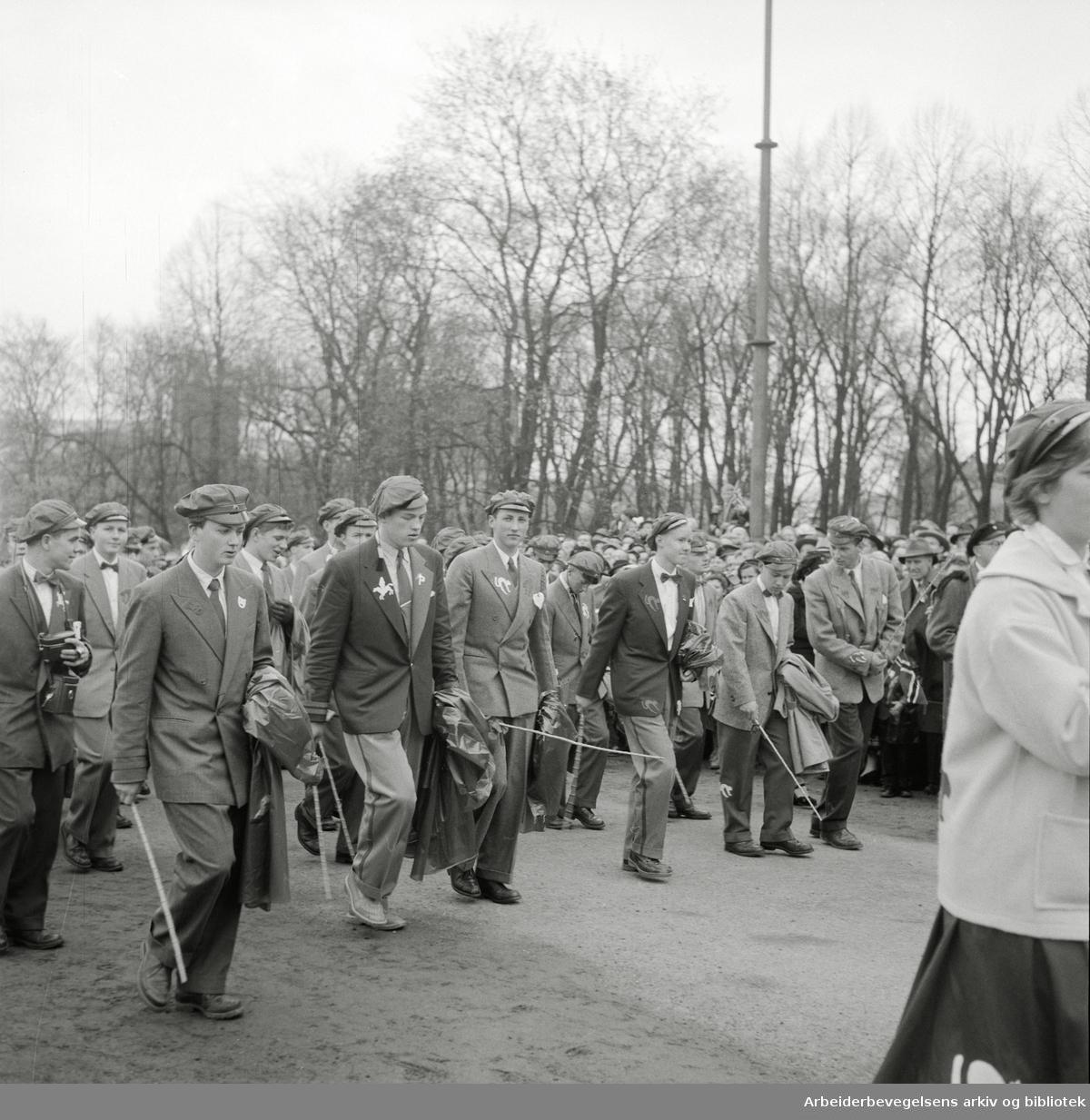 Prins Harald, elev på Oslo Katedralskole, deltar i russefeiringen. (Nr. 3 fra v.) 17. mai 1955.