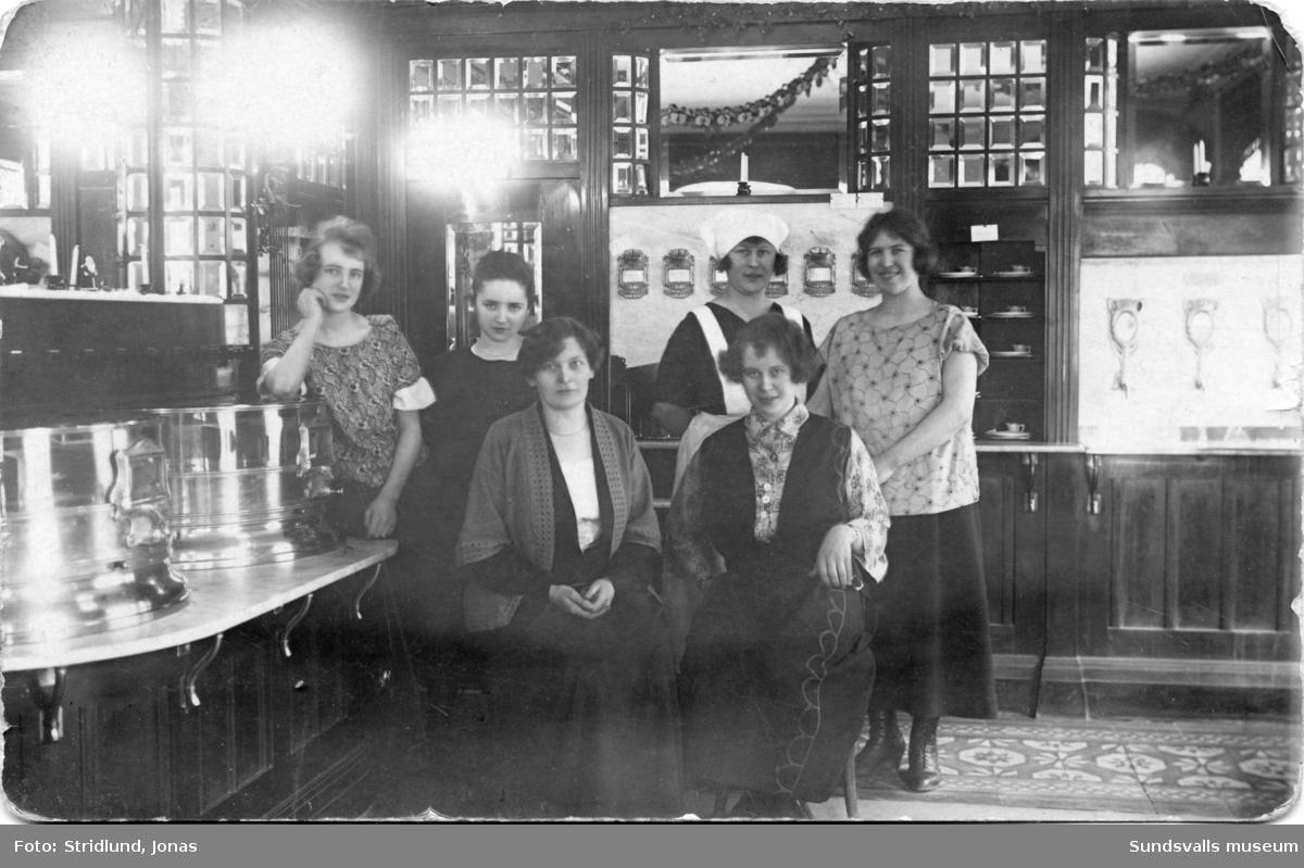 Interiör från restaurang Automaten, som låg där Knaust bakficka nu är (1987). Bild 1: Servitrisen Anna Matilda Lindgren, gift Bergvall f. 1908 d. 1974 står till höger.