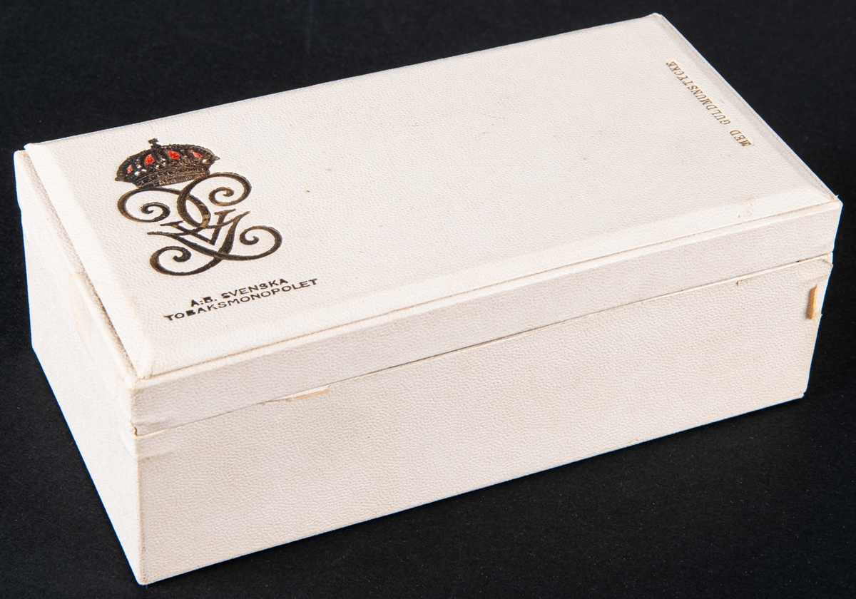 Kat.kort: Cigarettförpackningar, 3st, Gustav V:s cigaretter. Askarnas storlek: a-b: 8,5x16,5cm c: 8x12cm