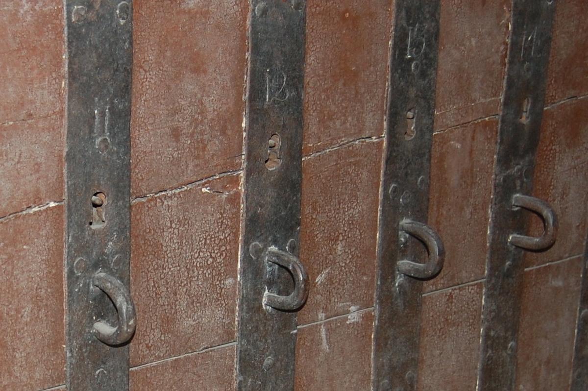 Brunmalt med sorte beslag, fire låser i fronten, merket 11, 12, 13, 14. Nøkkel finnes bare til lås nr 12.