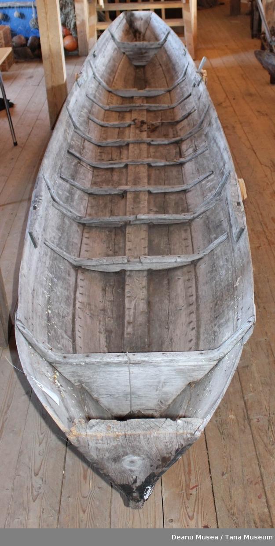Elvebåt uvanlig konstruksjon med speil i begge ender.