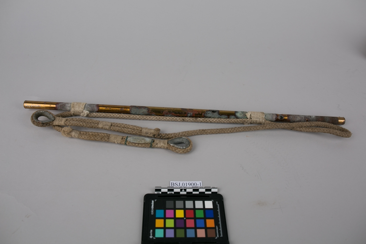 Wigzell`s dybdelodd for sjø. Loddeinstrument med tau for måling/lodding av dybde i sjø. Ligger i transporteske med en linjal.