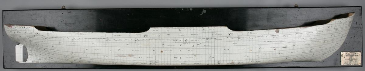 Platemodell av DS KORSNES på treplate med platetrekk, dekk og dimensjoner inntegnet.