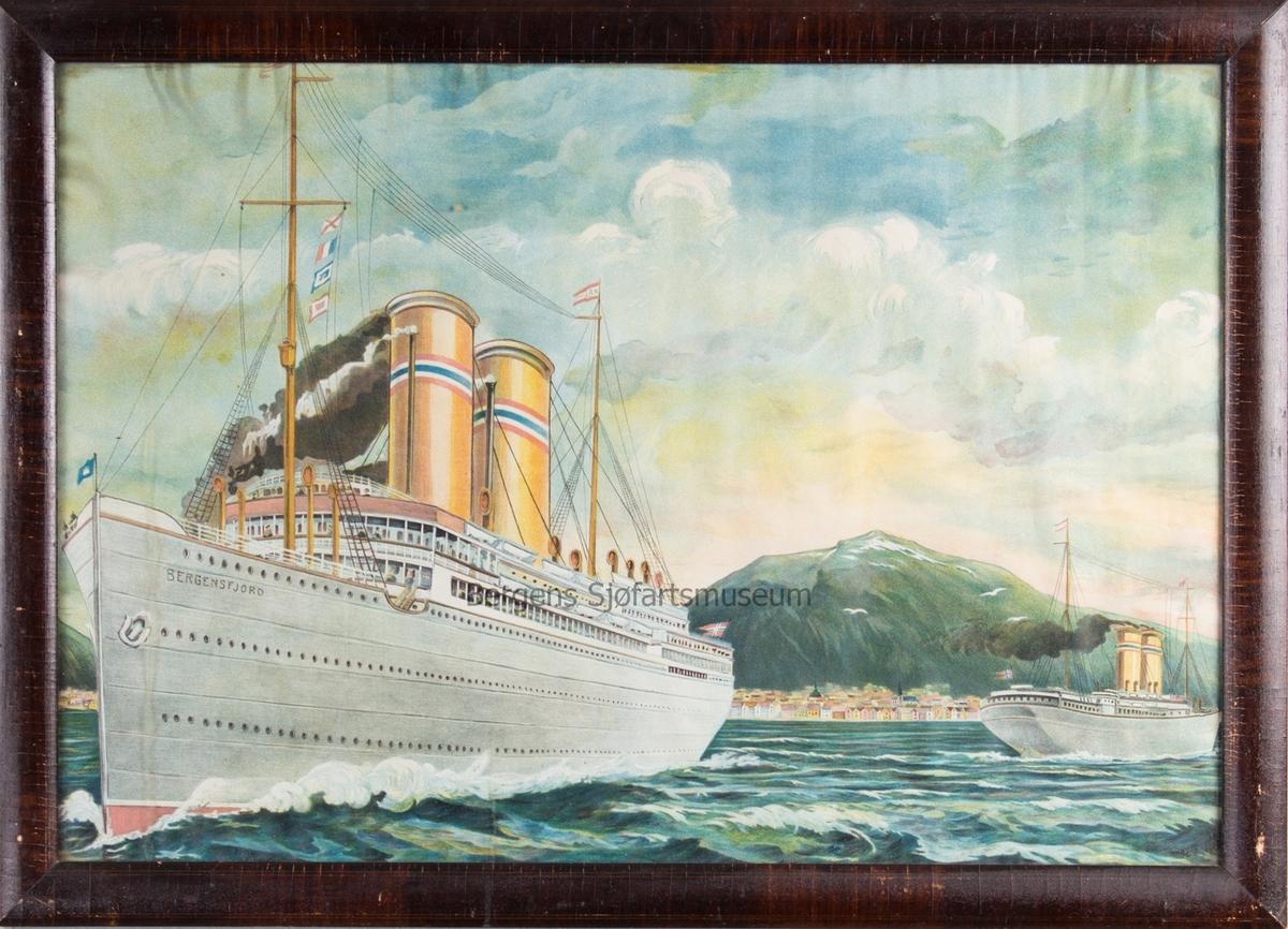 DS BERGENSFJORD på vei ut fra Bergens havn. Et annet NAL skip er på vei inn i havnen.