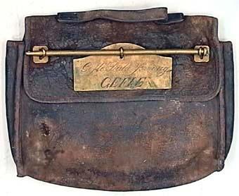 KK-väska av läder med namnbricka av mässing. KK är en förkortning för Kontrollkontoret.