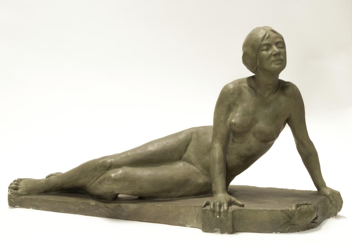 """Skulptur i gips, """"Krabban"""", liggande flickfigur. Signerad J. Runer 1914."""