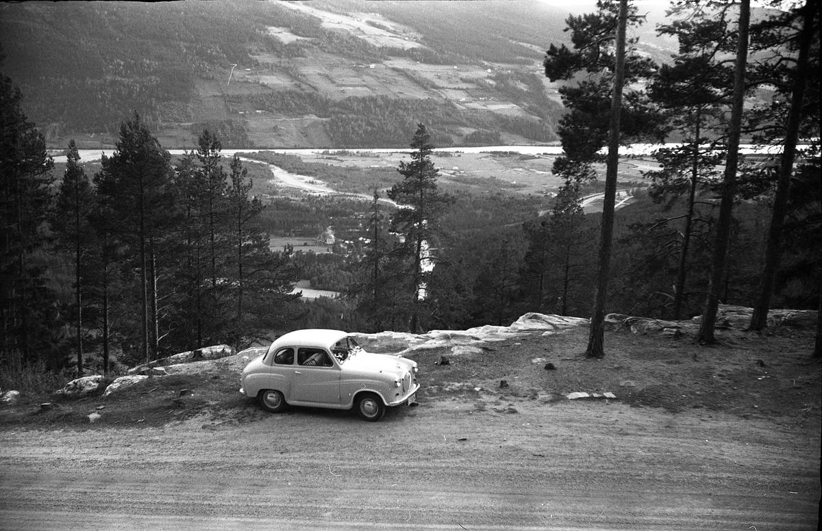 Landskapsbilde tatt fra oppstigningen mot Ringebufjellet, med Lågen nede i dalen. I forgrunnen står bilen til Ole Majer fra Lensbygda, så her er nok han og Sigurd Røisli på tur.