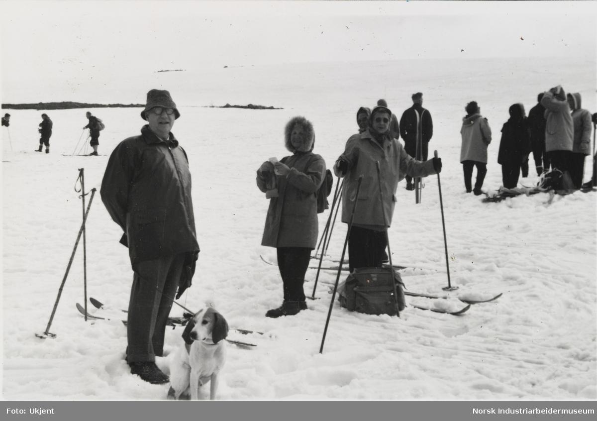 James Coward med hund og mennesker med ski på tur i snøen