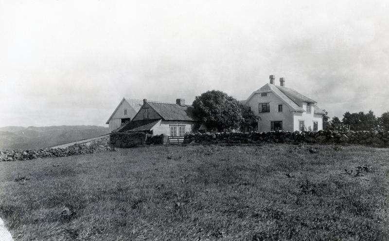 Det gamle jærhuset på Lende sto noen år ved siden av Johannes Lendes nybygde våningshus og driftsbygning før det ble flyttet til Norsk Folkemuseum. Fotografi fra 1933.