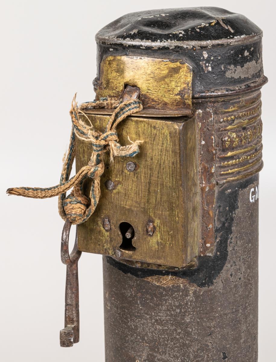 Plåtfodral, cylindriskt. Längd 38 cm. Diameter 7.5 cm. Särskilt lås på sidan.
