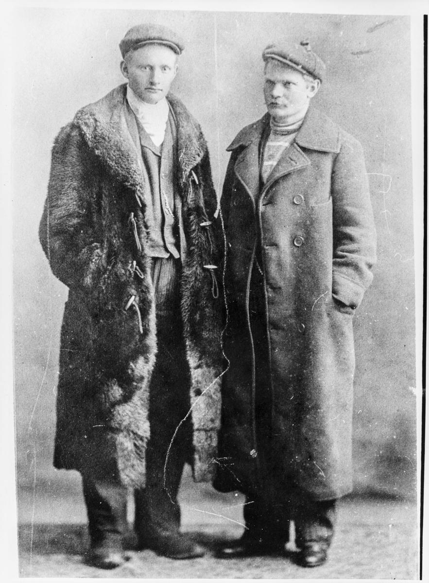 Portrett av to menn i frakker