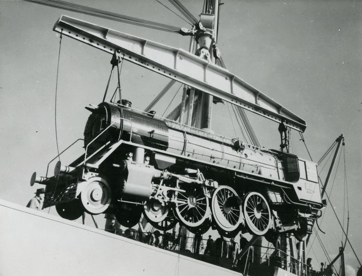 """M/S 'Belkarin' (b.1954)(N.V. Scheepswerf """"De Hoop"""", Lobith), - laster lokomotiver og kullvogner i Liverpool på vei til Bombay og Madras."""