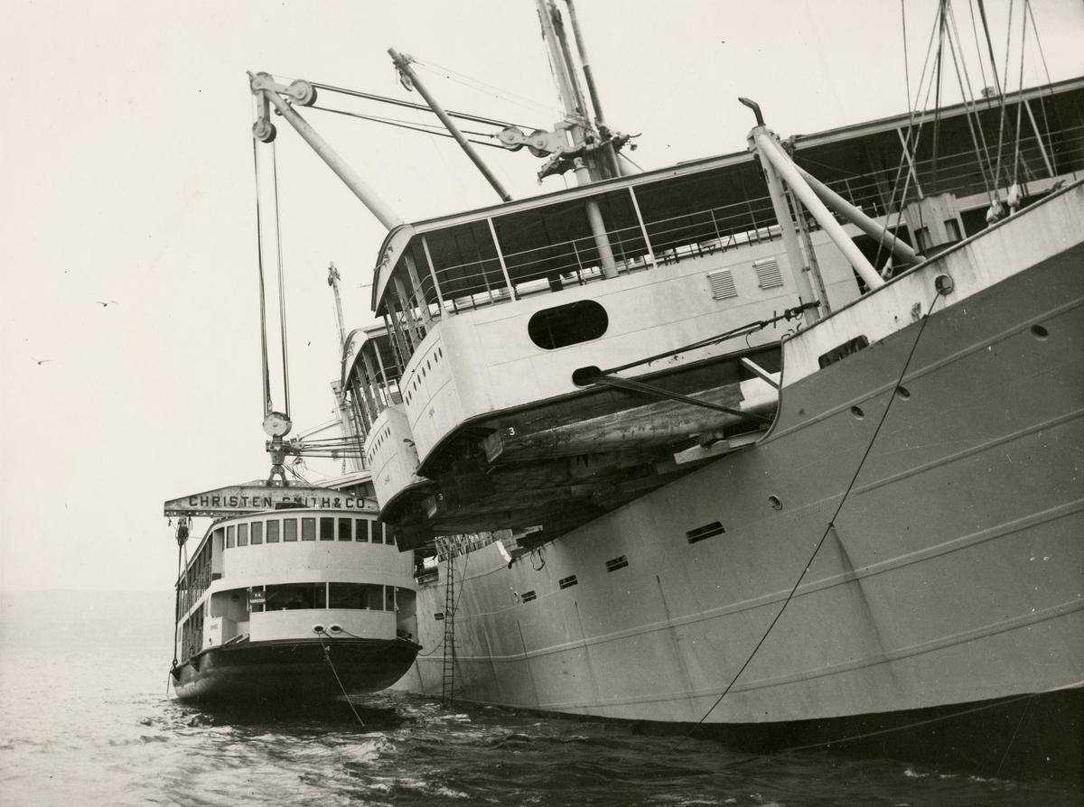 "M/S 'Belkarin' (b.1954)(N.V. Scheepswerf ""De Hoop"", Lobith), - laster elvebåter i Glasgow."